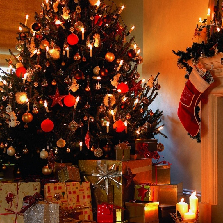 christmas_tree_house-wallpaper-1366x768_Fotor