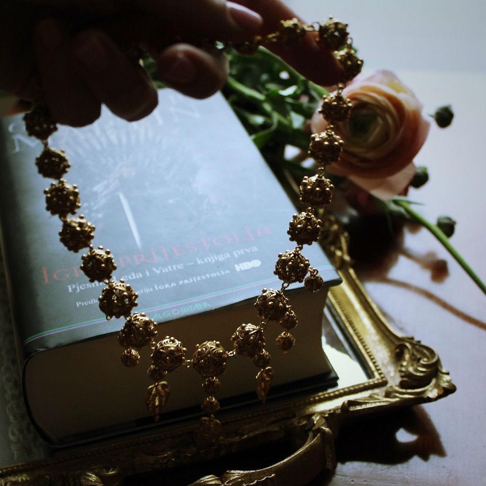 Ogrlica u ruci